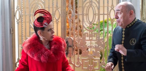 Safira (Cristina Pereira) é recebida por Ariovaldo (Duda Mamberti) na mansão dos Abdala - Estevam Avellar/TV Globo