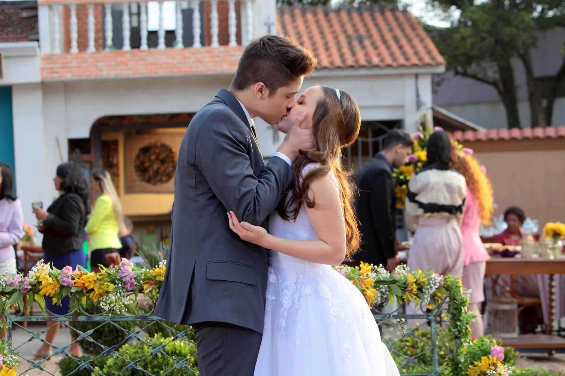 Manuela e Joaquim se beijam pela primeira vez em