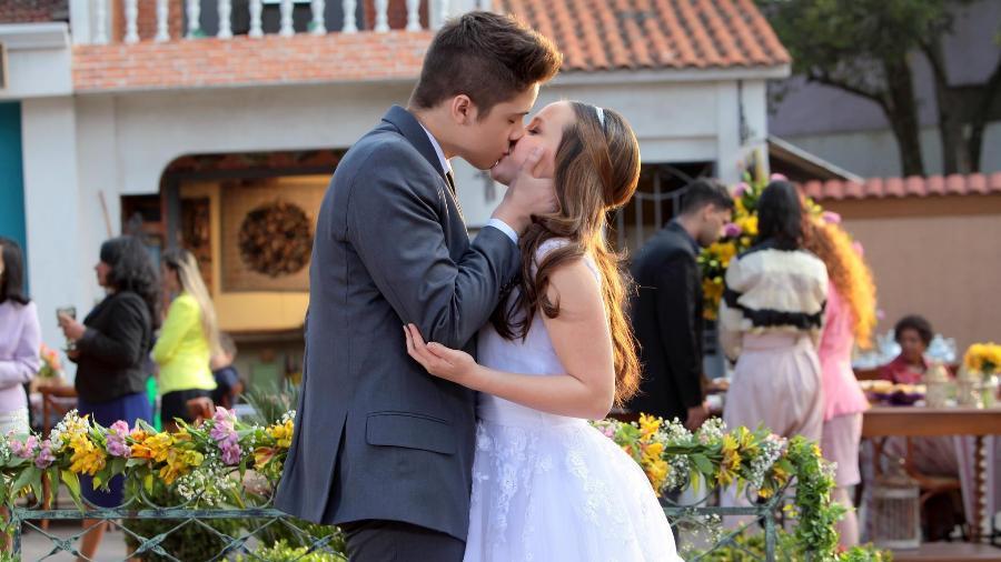 """O primeiro beijo entre os personagens Manuela (Larissa Manoela) e Joaquim (João Guilherme) em """"Cúmplices de um Resgate""""; novela termina nesta terça-feira no SBT - Divulgação/Lourival Ribeiro/SBT"""