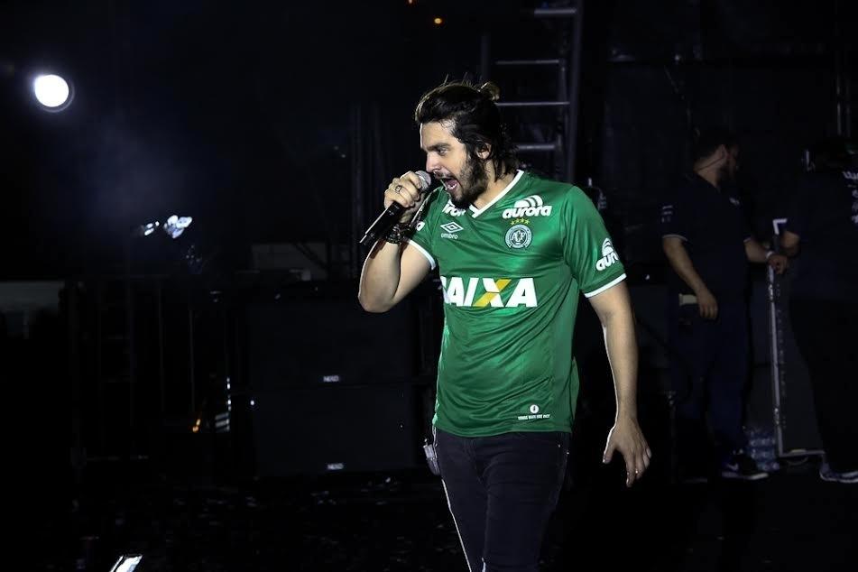 """3.dez.2016- Luan Santana usa camisa da Chapecoense, personalizada com seu nome, durante um show no projeto """"Garota Vip"""", de Wesley Safadão, que aconteceu neste sábado (3) no Anhembi, São Paulo"""