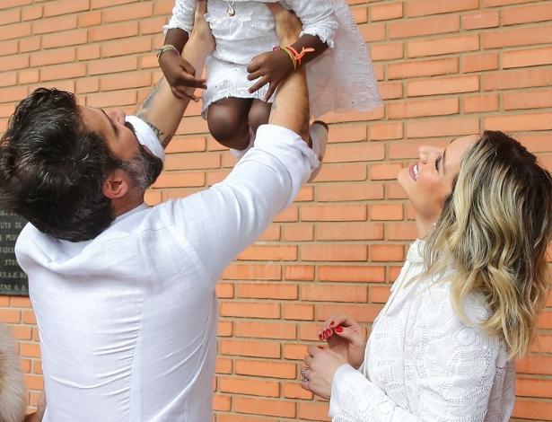 Bruno Gagliasso e Giovanna Ewbank durante o batizado de Titi