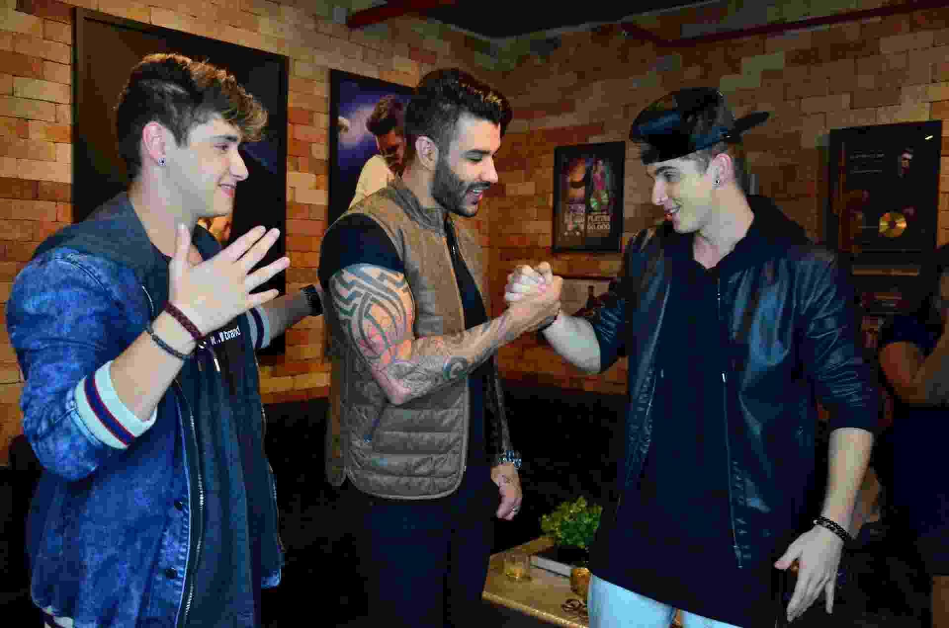 Gusttavo Lima cumprimenta convidados de sua festa - Webert Belicio/AgNews