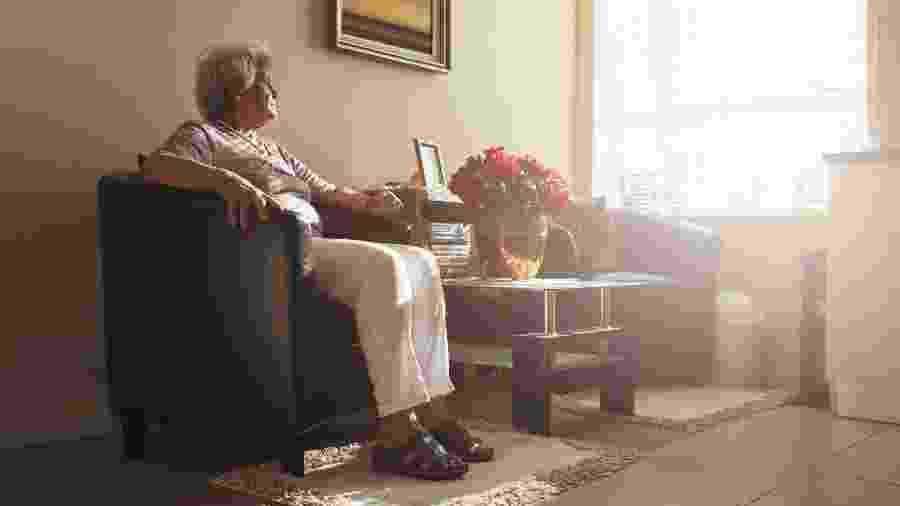 Mulher sozinha em casa, em foto de arquivo; mães são as mais atingidas pela síndrome do ninho vazio - Getty Images