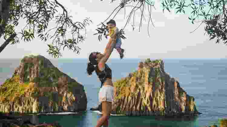 Jessica e o filho no cartão postal de Fernando de Noronha, o Morro Dois Irmãos - Deixa de Frescura/Divulgação - Deixa de Frescura/Divulgação