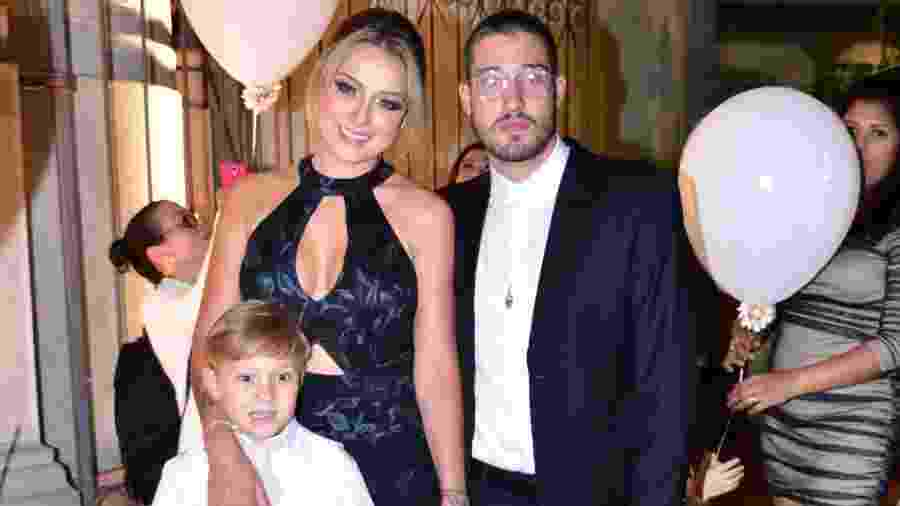 Carol Dantas com o filho Davi Lucca e o marido, Vinicius Martinez - Leo Franco/Ag.News