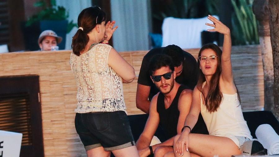 Animada, Camila Queiroz mostra a aliança de casada aos fotógrafos presentes no hotel onde curte lua de mel com o marido, Klebber Toledo - Manuela Scarpa/BrazilNews