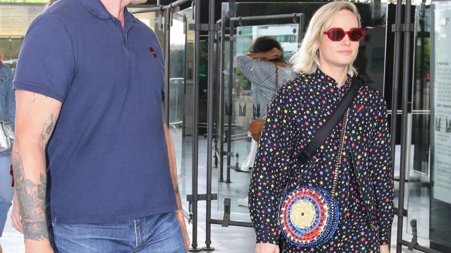 Brie Larson usa bolsa de artesãs cearenses em São Paulo - Reprodução/ www.hollywoodpipeline.com