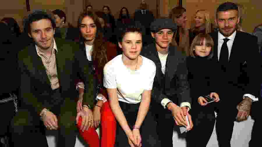 Brooklyn e a namorada Hana Cross, Cruz, Romeo, Harper e David Beckham no desfile de Victoria Beckham na Semana de Moda de Londres - Darren Gerrish/WireImage