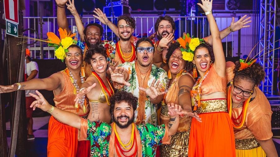 O cantor Heleno Augusto (ao centro, de óculos) com a banda do bloco Havayanas Usadas, que celebra a América Latina neste Carnaval de BH - Fernanda Bombonato/Divulgação