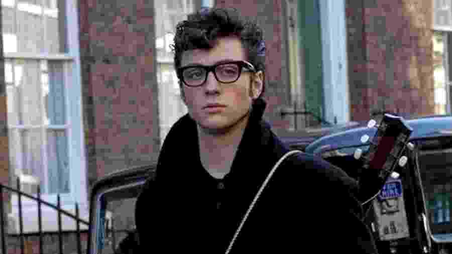 """Aaron Johnson como John Lennon em cena de """"O Garoto de Liverpool"""" - Reprodução"""