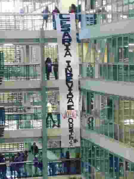 Uma manifestação de mulheres contrárias ao PL estendeu uma faixa na Assembleia em protesto contra o chamado PL das Cesáreas  - Reprodução/Twitter