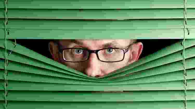 fobia social, medo, timidez, se esconder - istock - istock