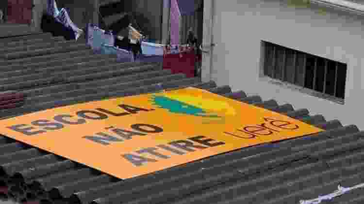 Fundadora do Projeto Urerê no Complexo da Maré, Yvonne Bezerra colocou uma placa no alto da escola pedindo que não atirem - Arquivo pessoal - Arquivo pessoal