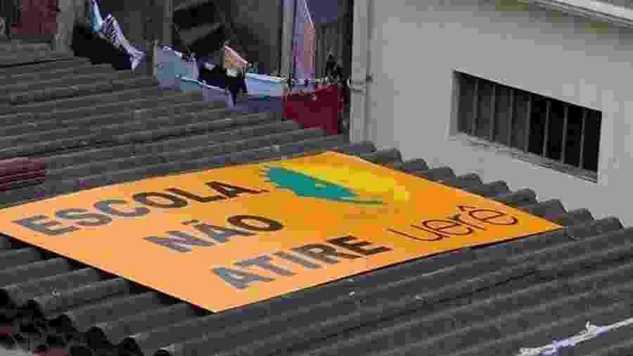 Fundadora do Projeto Urerê no Complexo da Maré, Yvonne Bezerra colocou uma placa no alto da escola pedindo que não atirem - Arquivo pessoal
