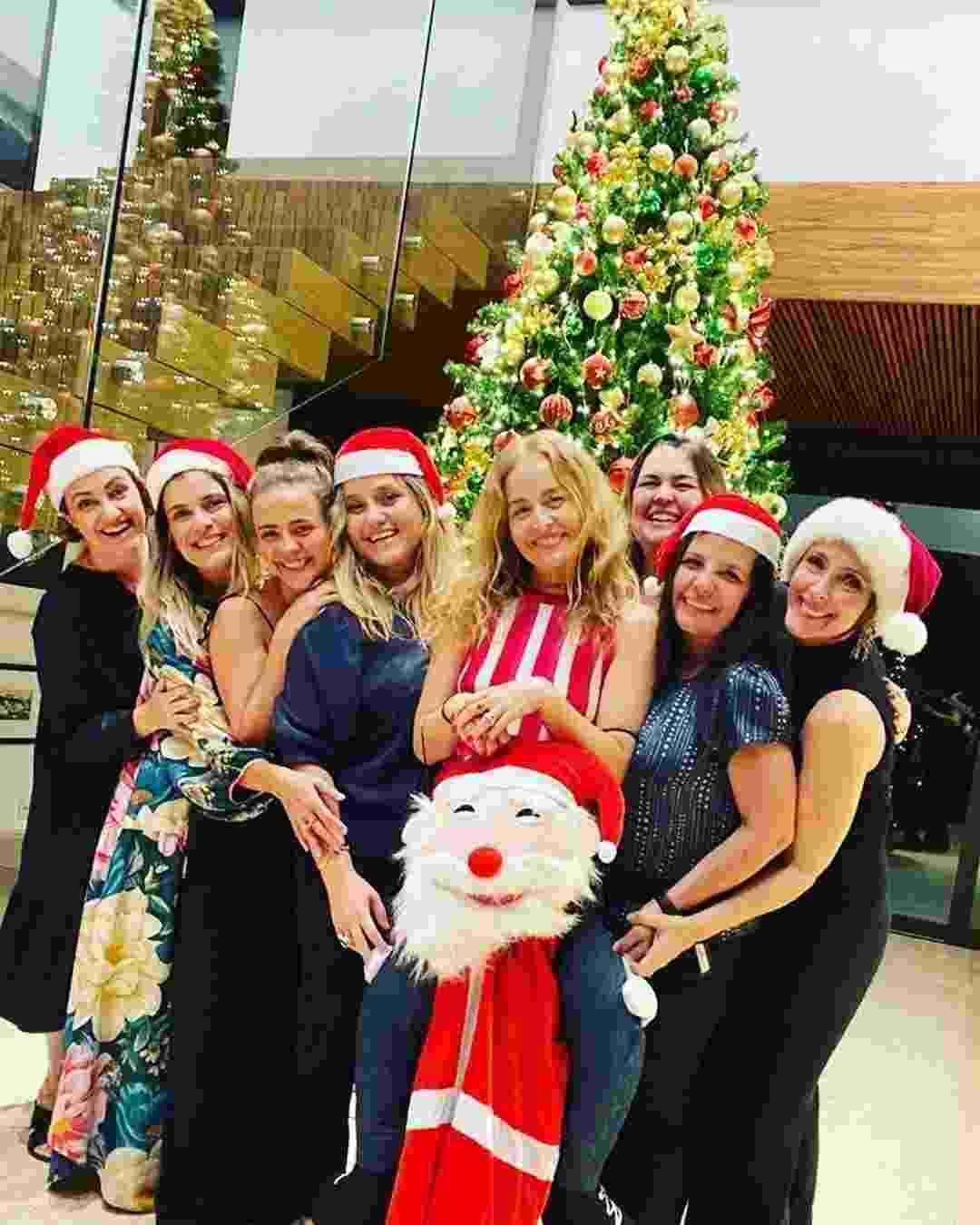 Angélica posou com um grupo de amigas em frente à árvore de Natal que foi montada na mansão em que vive com o Luciano Huck - Reprodução/Instaram