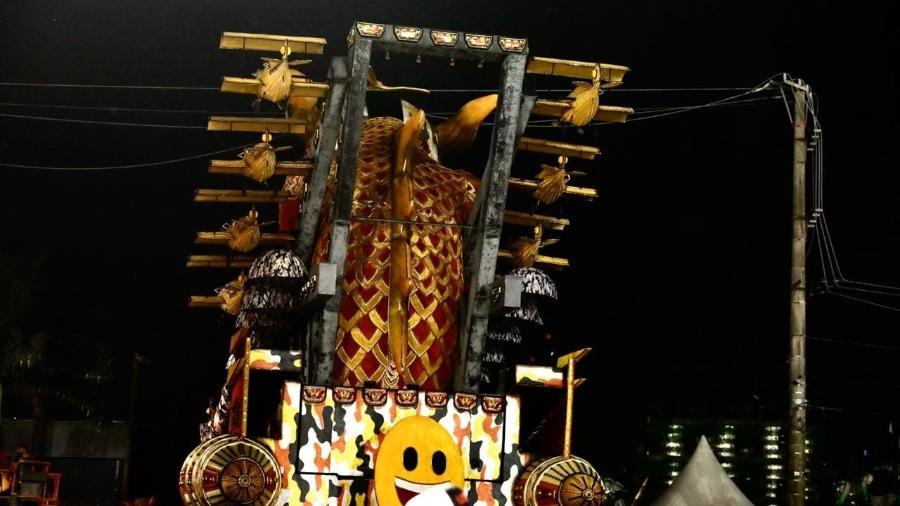 Carro da Dragões da Real enrosca na fiação do Anhembi e interrompe primeiro dia de desfiles do Carnaval de São Paulo - Mariana Pekin/UOL
