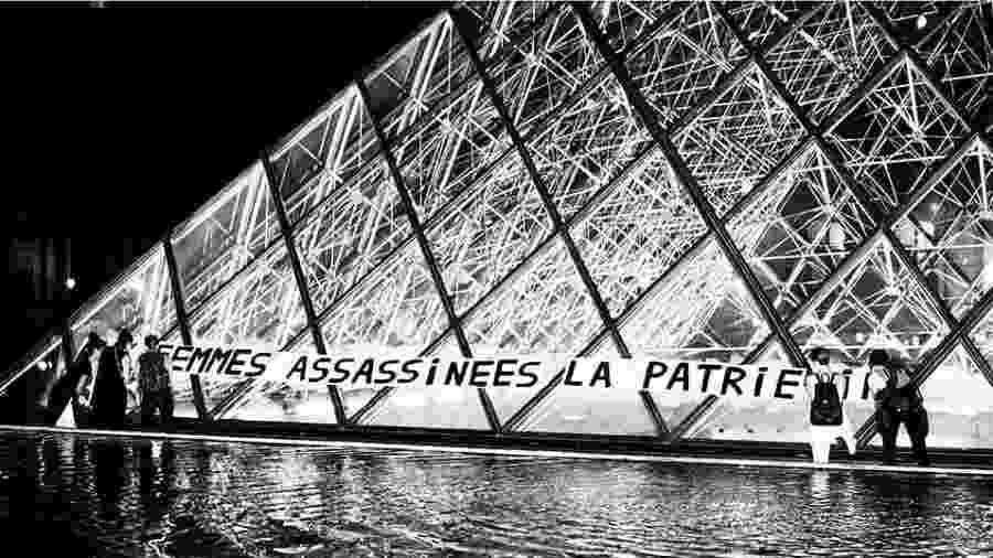 """""""Às mulheres assassinadas, a pátria"""", diz faixa estendida em frente ao Louvre em protesto contra os feminicídios na França - Reprodução/Instagram"""
