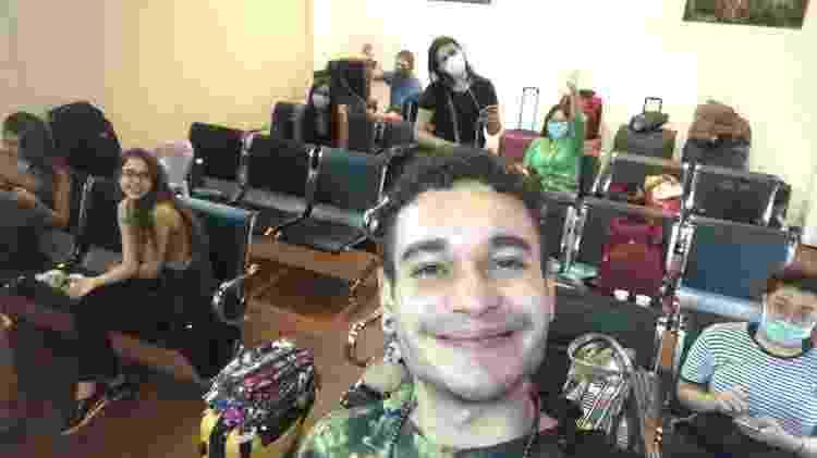 Rodrigo Airaf e mais brasileiros esperam a hora de embarcar no aeroporto de Nova Déli - Arquivo pessoal - Arquivo pessoal