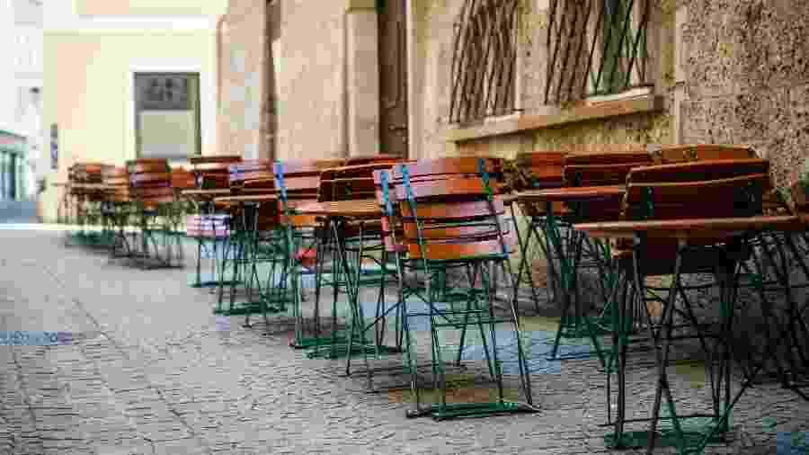Mesa de bar na cidade de Salzburg, na Áustria, conhecida por atrair a população turística - Gonzales Photo/Christoph Obersch/PYMCA/Avalon/Universal Images Group via Getty Images