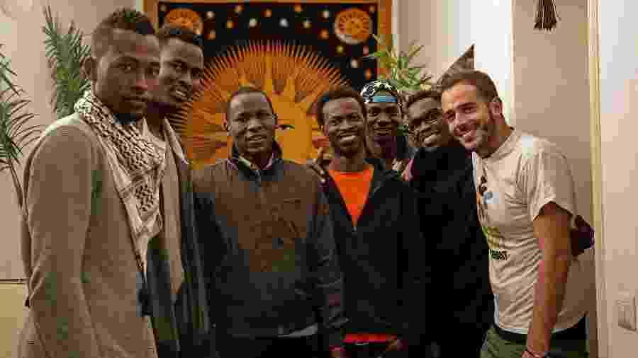 André Naddeo e o grupo de refugiados africanos com quem dividiu casa em Roma, na Itália - André Naddeo/Planeta de TODOS
