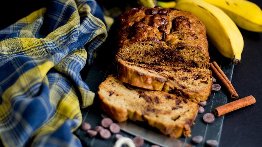Bolo de banana bem madura: gotas de chocolates incrementam a massa - Luciana Melo