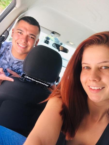 Reverson é motorista de aplicativo e tem um placa com o @ da esposa, que faz tutoriais de maquiagem, no carro - Arquivo pessoal