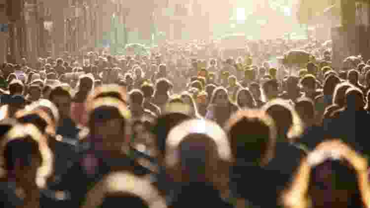 multidão de pessoas andando na rua  - iStock - iStock