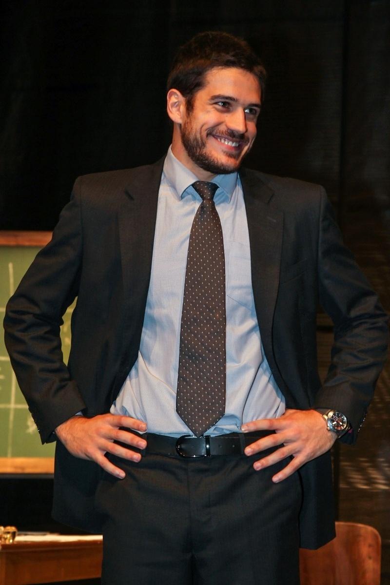 18.jun.2015 - Parte do elenco, Marco Pigossi fica feliz com a casa lotada na pré-estreia do espetáculo