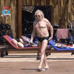 24.set.2015 - Ovelha chega para passar a tarde na piscina - Reprodução/Record