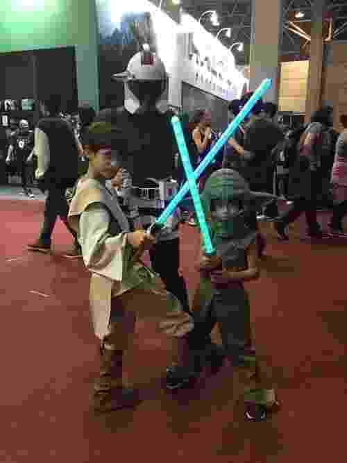 3.dez.2015 - Vinicius e Diego são Yoda e Obi Wan Kenobi. Mais atrás, a mãe Tatiane em uma versão feminina de stormtrooper - Felipe Branco Cruz/UOL
