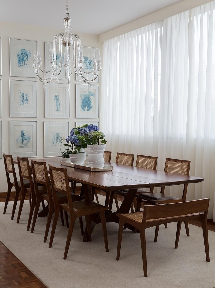 A família herdou 19 desenhos de Cândido Portinari, da série D. Quixote, que antes estavam apagados no hall de entrada e agora ganharam destaque na sala de jantar.