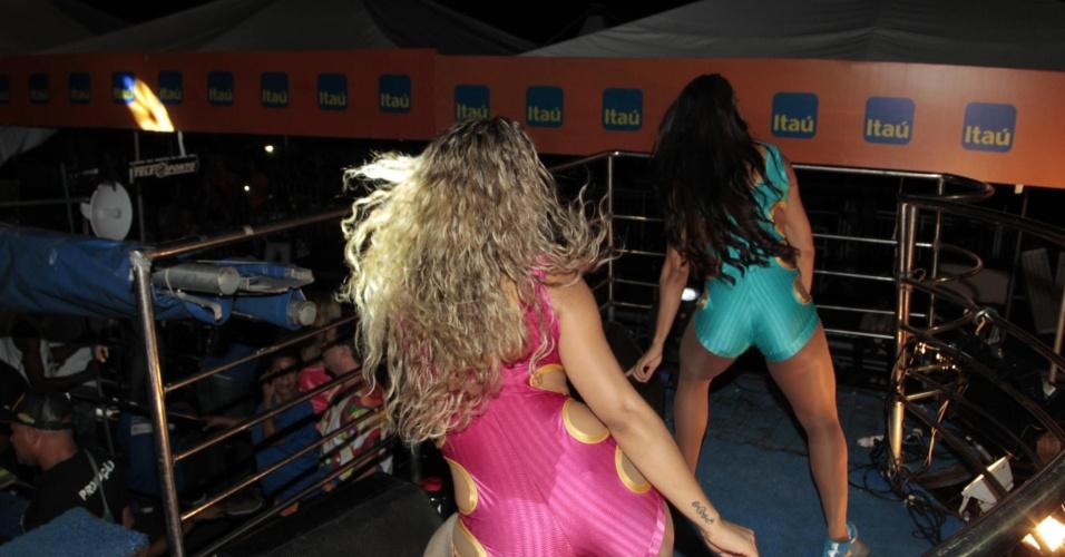 4.fev.2015 - Elizângela Pereira dança até o chão em cima do trio