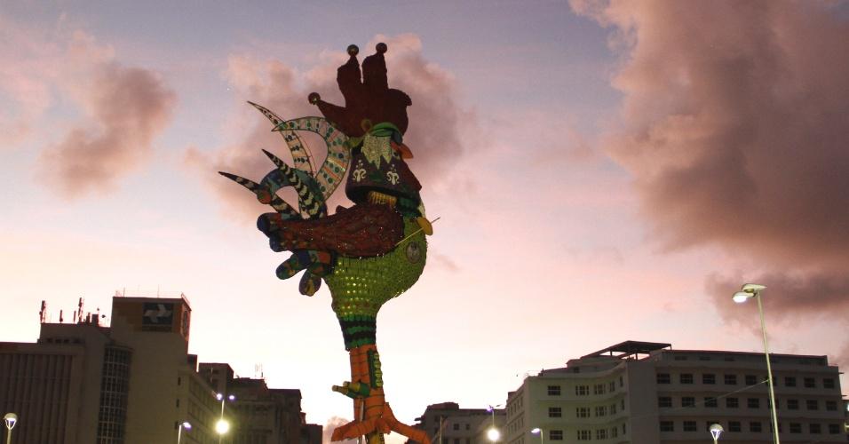 5.fev.2016 - Galo da Madrugada é erguido na Ponte Duarte Coelho, em Recife. Homenageando Chico Science, o desfile acontece no sábado