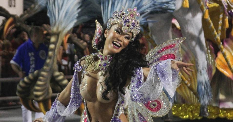 6.fev.2016 - Musa da Águia de Ouro desfila no chão na primeira noite de Carnaval de São Paulo