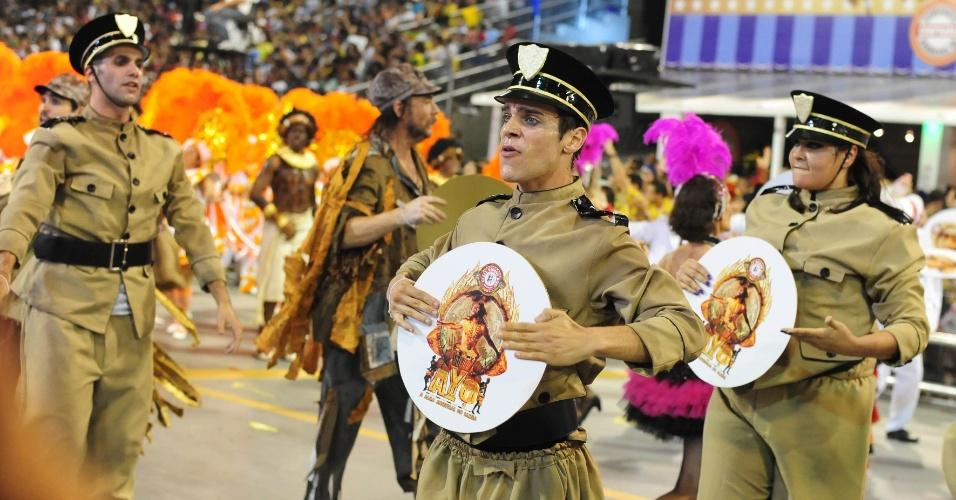 07.fev.2016 - Mocidade Alegre teve várias alas coreografas ao longo de seu desfile na madrugada deste domingo