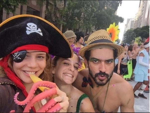 7.fev.2016 - Leandra Leal, figura sempre presente no Carnaval, curte o bloco Boi Tolo no centro do Rio de Janeiro