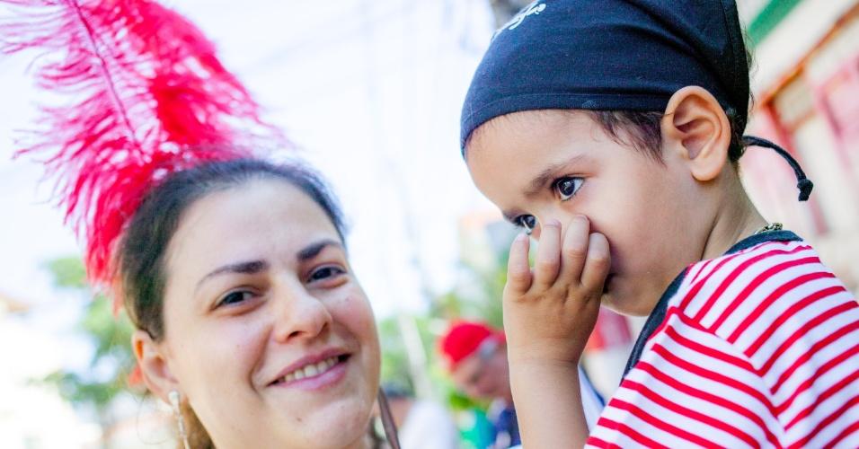 08.fev.2016 - Com foliões de todas as idades, o bloco Esfarrapado toca marchinhas e sambas-enredo clássicos da Vai-Vai, durante o seu 68º desfile pelas ruas do Bixiga, em São Paulo.