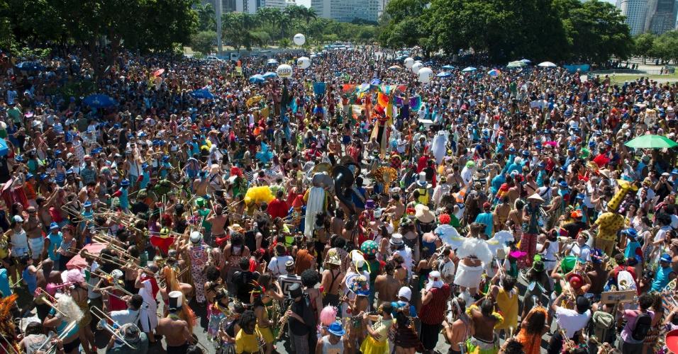 9.fev.2016 - Com fantasias variadas, foiliões cariocas curtem o desfile da Orquestra Voadora no Aterro do Flamengo no Rio de Janeiro