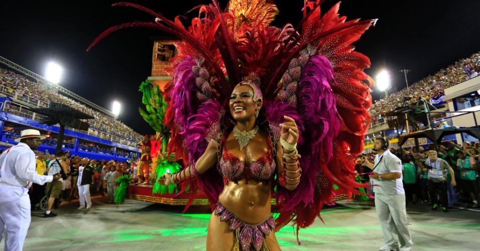 """8.fev.2016 - Musa do Salgueiro representa a princesa da Babilônia junto do carro """"Jardins Suspensos do Morro da Babilônia""""."""