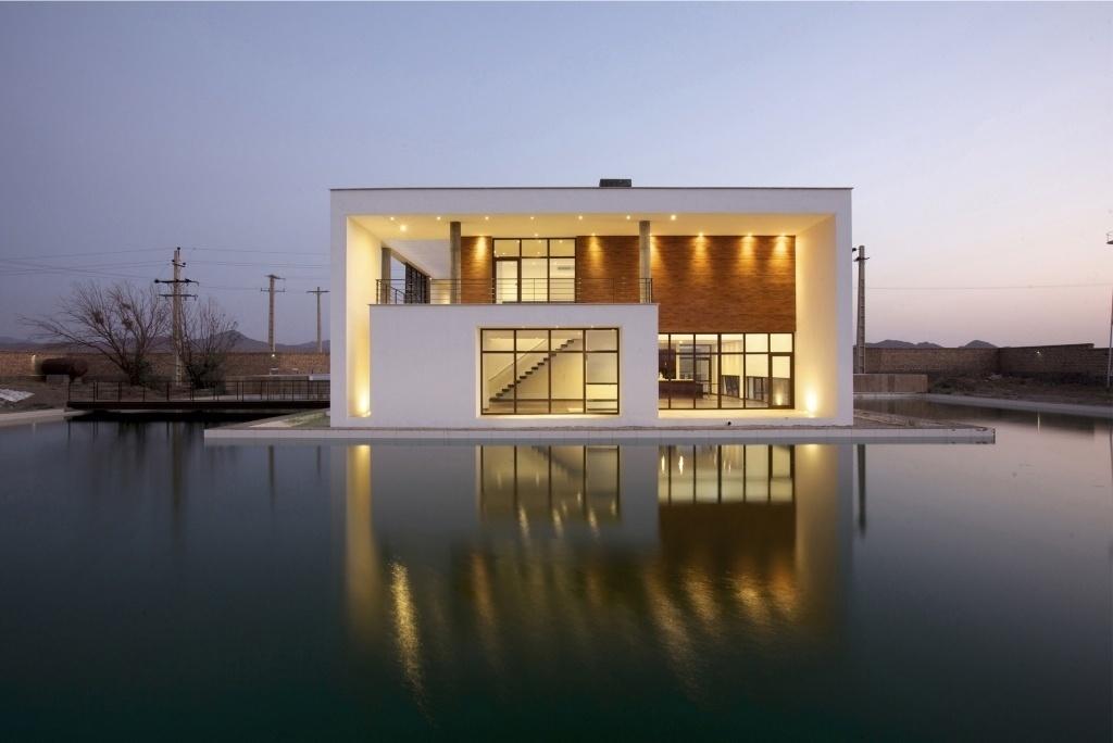 Os arquitetos Dokhi Sarbandi, Hadi Shapourian e Ali Shariati, do escritório iraniano Karand, desenharam essa piscina que contorna a construção por completo. Localizada na cidade de Säveh, no Irã, a casa Shams Villa concluída em 2013 tem design simples, com elementos inspirados na arquitetura e na cultura persas
