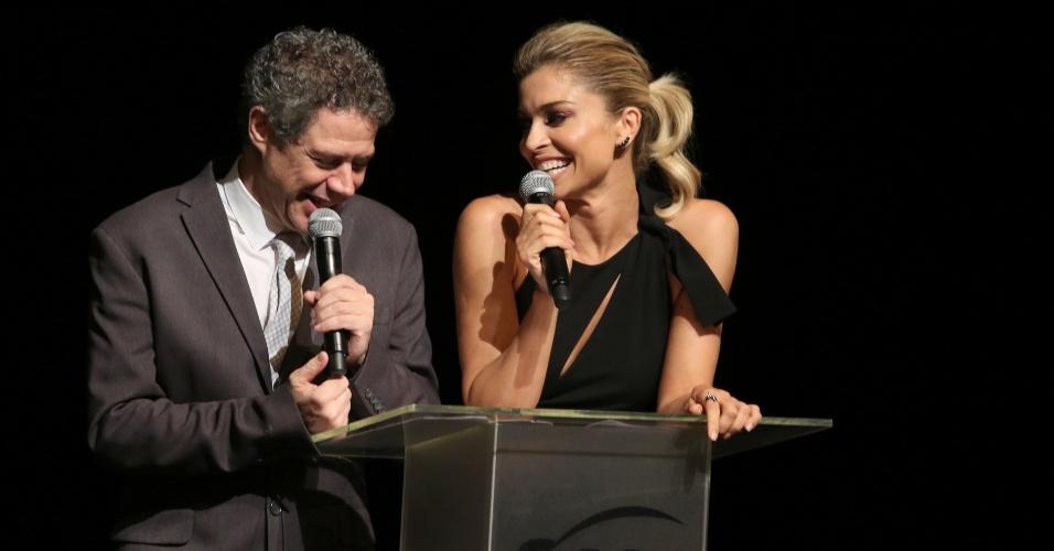 15.mar.2015 - Grazi Massafera e Hugo Possolo apresentam prêmio da APCA na categoria moda, que elegeu Vitorino Campos o estilista do ano