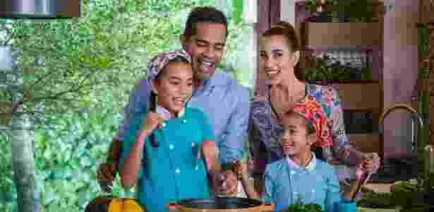 """""""Grandes Pequeninos Chefs"""", com Jair Oliveira, Tânia Kalil e as filhas - Divulgação - Divulgação"""