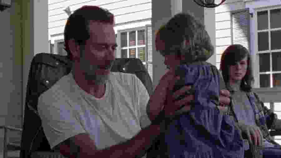 """Negan segura Judith enquanto é observado por Carl em cena da sétima temporada de """"The Walking Dead"""" - Reprodução/Fox"""