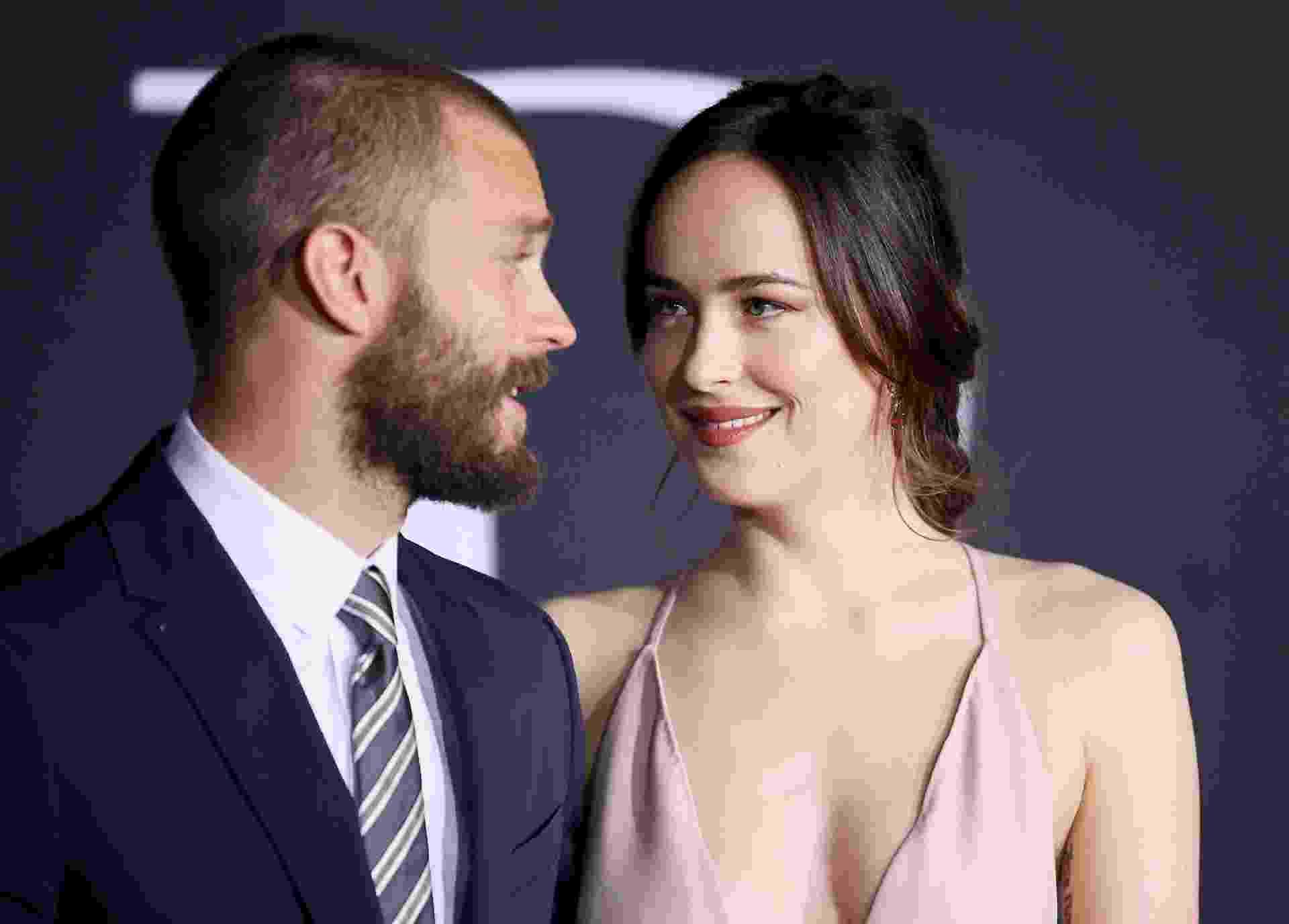 """2.fev.2017 - Jamie Dorman e Dakota Johnson, protagonistas de """"Cinquenta Tons Mais Escuros"""", na premiere do filme em Los Angeles - Danny Moloshok/Reuters"""
