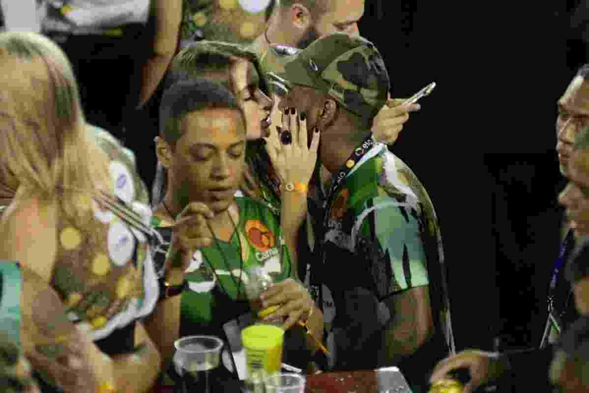 O funkeiro carioca Nego do Borel aproveitou bastante a madrugada da terça-feira de Carnaval. Enquanto curtia o desfile das escolas de samba do Grupo Especial no camarote CarnaUOL, ele trocou beijos com uma morena. - Erbes Jr./UOL