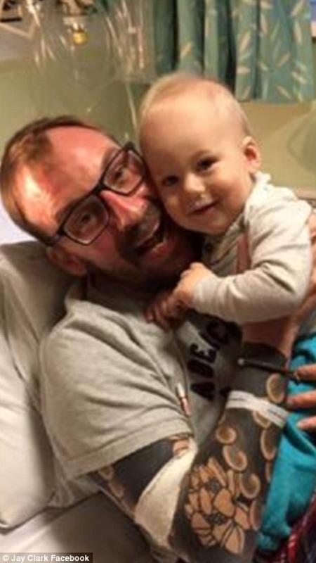 Jay Clark e o filho, Maxi; o inglês soube do diagnóstico de câncer quando a noiva estava grávida de 30 semanas do menino - Reprodução/Facebook