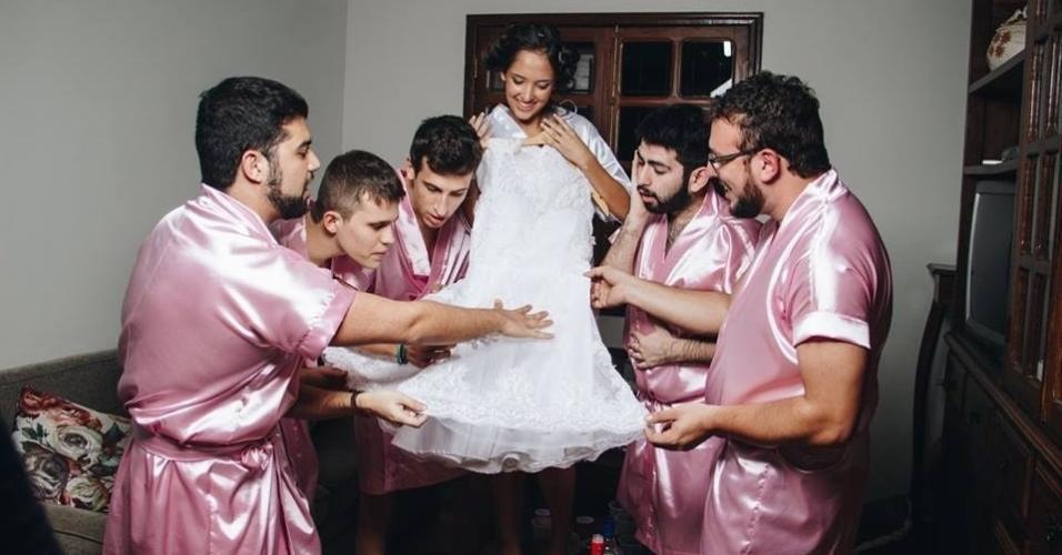 Rebeca se casou com Renato Sinohara no dia 30 de abril, em Coronel Xavier Chaves, cidade de Minas Gerais. Mas só postou como se preparou para a cerimônia nesta quarta-feira, dia 17 de maio.