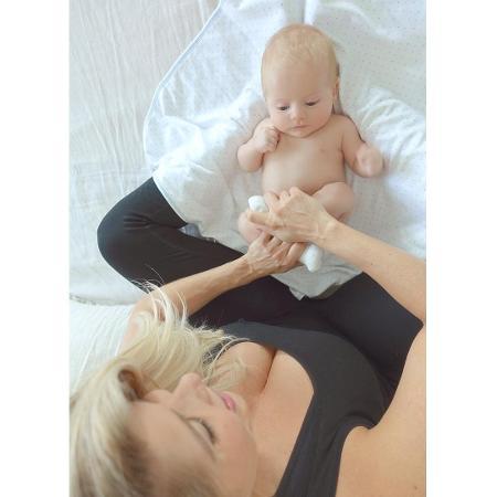 Karina Bacchi faz massagem indiana no filho - Reprodução/Instagram