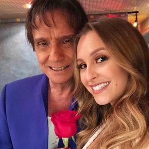 Resultado de imagem para Carla Diaz celebra 27 anos ao lado de Roberto Carlos: 'Me deu uma rosa'