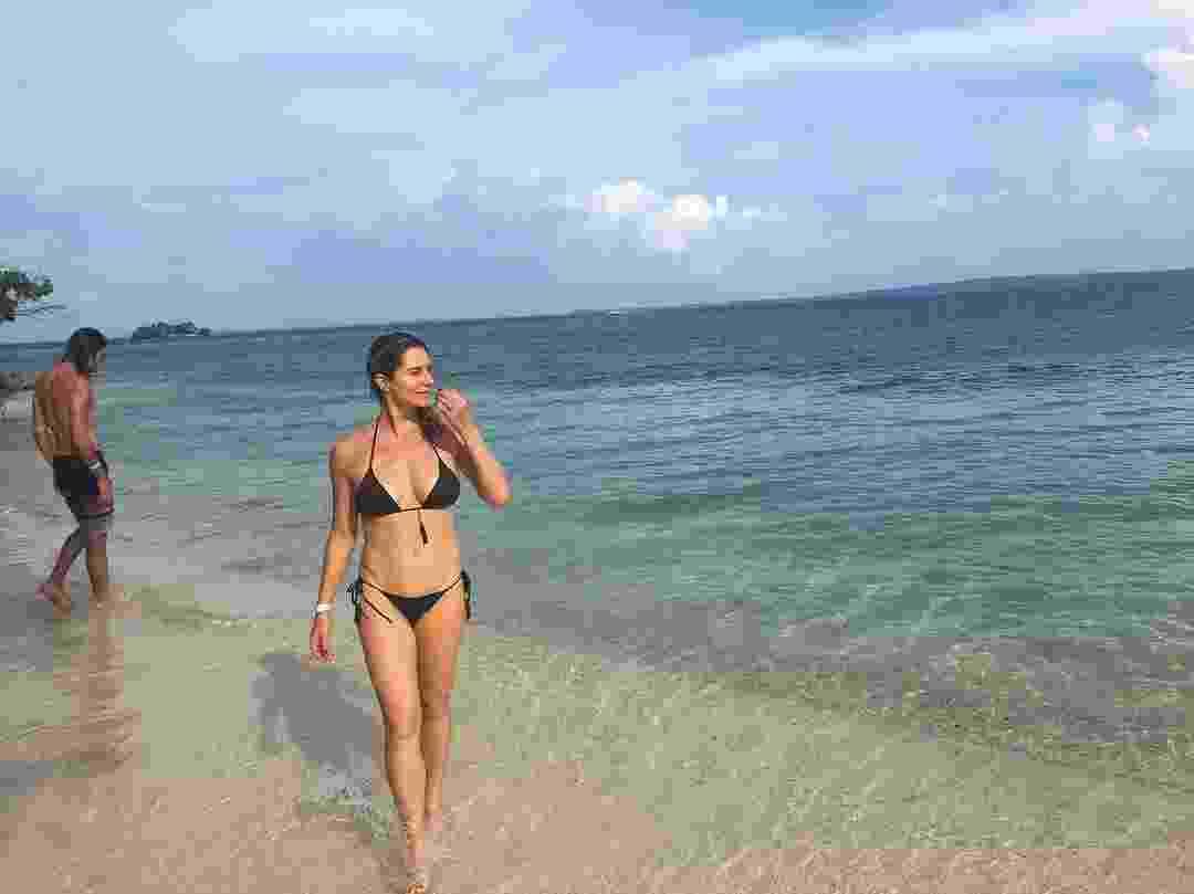 Um biquini no estilo pretinho básico foi a escolha de Letícia para um banho de mar em Cartagena de Índias, na Colômbia - Reprodução/Instagram